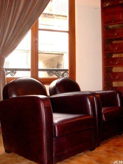 paire de fauteuils club cambridge vers 1920. Black Bedroom Furniture Sets. Home Design Ideas