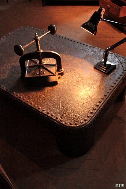 table basse en acier rivet. Black Bedroom Furniture Sets. Home Design Ideas